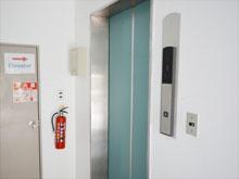 エレベーターで二階にお上がり下さい。